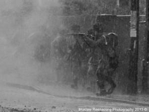 Amerykańscy spadochroniarze w ataku, Normandia 1944. Zdjęcie wykonane w trakcie rekonstrukcji, w której tło jest w dostosowane do wymagań fotografii rekonstrukcyjnej. Fot. Grzegorz Antoszek, Mołdaw Reenacting Photography.