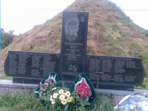 Pomnik dla UPA i OUN (obok dawnej kapliczki polskiej)