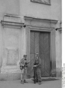Żołnierze niemieccy we Włoszech, 1943. Zdjęcie nawiązuje kadrem i klimatem do zdjęć niemieckich żołnierzy z Włoch. Pasek Bundesarchiv został dosztukowany w celu zwiększenia efektu autentyczności, jednak nie zawiera prawdziwych danych. Fot. Grzegorz Antoszek, Mołdaw Reenacting Photography