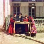 Żydowskie dzieci z nauczycielem, fot. Siergiej Prokudin-Gorski, ok. 1910 r.