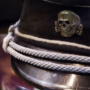 Czapka z symbolem SS – Totenkopf / fot. Rama, CC-BY-SA 3.0