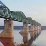 Kolej Transsyberyjska. Stalowy most kratownicowy na kamiennych filarach nad rzeką Kama koło Permu, Ural. 1910 rok