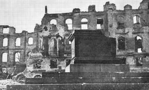 Pomnik_Mikołaja_Kopernika_w_Warszawie_1945