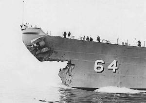 """Uszkodzenia dziobu USS """"Wisconsin"""" BB-64 po kolizji z niszczycielem..."""