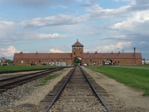 Wartownia i brama główna Auschwitz II (Birkenau), widok z rampy wewnątrz obozu / fot. angelo celedon AKA lito sheppard, CC-BY-SA 3.0