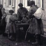 Dzieci dzielą jedną miskę zupy, fot. Maksim Dimitriew, 1900 r.