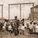 Plac zabaw dla dzieci przed Domem Ludowym w Błagowieszczeńsku,Chińczycy w Błagowieszczeńsku, ok. 1890-1915 r.