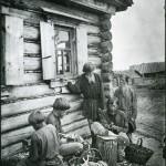 Chłopi rzeźbiący drewniane łyżki na sprzedaż, fot. Maksim Dimitriew, ok. 1890 r.