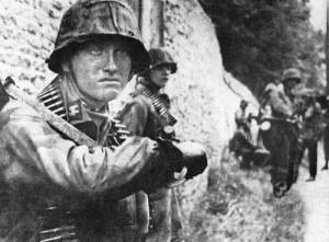 Żołnierz 12 Dywizji Pancernej SS Hitlerjugend z symbolem SS na patkach na kołnierzyku