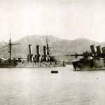 Krążownik Pałłada (po lewej) i pancernik Pobieda (po prawej) zatopione w Port Artur, 1905 r