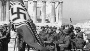 Niemieccy żołnierze wieszający flagę na Akropolu