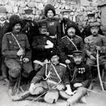 Generałowie Nogi Maresuke (w środku, trzeci z prawej) i Anatolij Michajłowicz Stessel (w środku, drugi z prawej) po kapitulacji Port Artur, gen Stessel za poddanie twierdzy bez zgody Rady Wojskowej został w 1908 r skazany na karę śmierci, zamienioną na 10 lat więzienia, rok później Mikołaja II go ułaskawił, fot 2 stycznia 1905 r