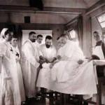 Operacja rannych w pociągu, widoczna Wielka Księżna Maria, 1904 r