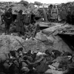 Rosyjscy żołnierze stojący nad masowym grobem zabitych Japończyków, Port Artur, 1905 r