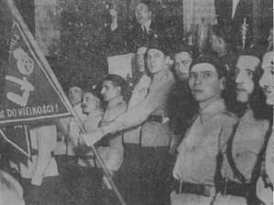 """Zjazd członków Stronnictwa Narodowego (SN) w Poznaniu w 1937 roku. Na proporczyku trzymanym przez jednego z członków widać symbol """"Falangi"""""""