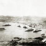 Wraki rosyjskich pancerników - od lewej Piereswiet, Połtawa, Retwizan, Pobieda i krążownika Pałłada w Port Artur, 1905 r