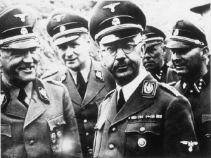 Heinrich Himmler (na pierwszym planie po lewej) w czapce z symbolem Totenkopf