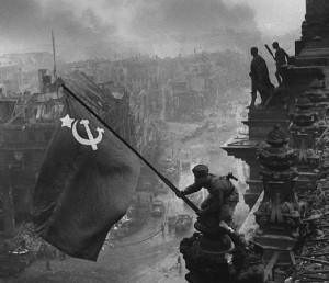Radziecka flaga z sierpem i młotem trzepocząca nad zdobytym w 1945 r. Berlinem