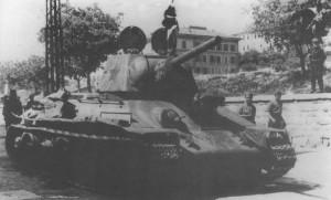 Radziecki czołg T-34 z namalowaną na wieży czerwoną gwiazdą