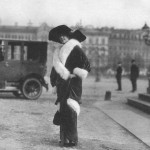 Aktorka pod pomnikiem M. Glinka. Sankt Petersburg 1910