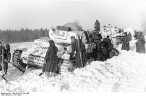 Niemiecki czołg PzKpfw IV zakopany w śniegu w grudniu 1941 r.