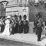 Mikołaj II z żoną w Cerkwii Zmartwychwstania Pańskiego, eskortuje ich rota Pałacowych Grenadierów