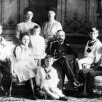 W środku książę Aleksander Michajłowicz z żoną, wielką księżną Ksenią (po lewej), dziećm i najmłodszą siostrą żony, wielką książną Olgą (po prawej)