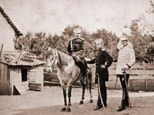 W środku wielki książę Siergiej, z prawej książę Aleksander von Battenberg, z lewej pułkownik Władimir Skaryatin, Pordim 1877