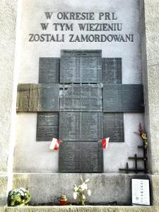 Tablica ufundowana przez żołnierzy AK w hołdzie torturowanym i zamęczonym w okresie terroru komunistycznego – miejsce pamięci na murze mokotowskiego więzienia / fot. CC-BY-SA
