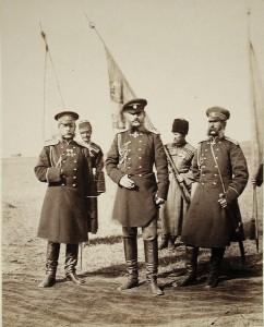 Wielki książę Michał Mikołajewicz (w środku), po lewej generał Piotr Swjatopolk-Mirski, po prawej adiutant generalny Earl Loris, 1877 r