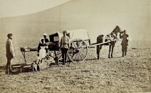Zabieranie rannego żołnierza do wozu rosyjskiego Czerwonego Krzyża, 1878 r