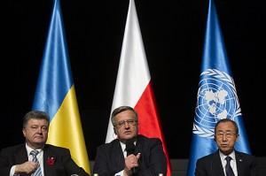 Prezydent Ukrainy (po lewej) z widoczną czerwono-czarną rozetą / fot. fot. Wojciech Grzedzinski, prezydent.pl