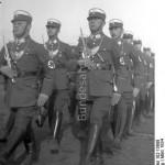 SA mani w pełnych uniformach