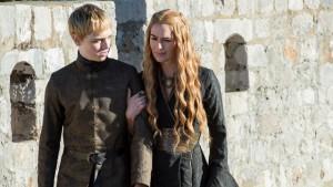 """Kto zdobędzie tytułowy tron Westeros? / Na zdjęciu król Tommen I i jego matka Cersei Lannister z serialu """"Gra o Tron"""" (2011-2015)"""