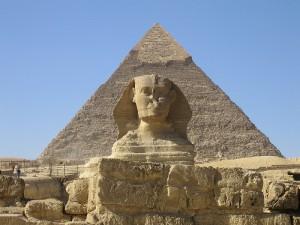 Wielki Sfinks z Gizy, z piramidą Chefrena na drugim planie, Ian Sewell CC BY-SA 1.0