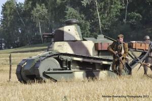 Nacierający czołg FT 17 w osłonie piechoty. Rejon Mińska Mazowieckiego, druga połowa sierpnia 1920/ fot. Grzegorz Antoszek/Mołdaw Reenacting Photography