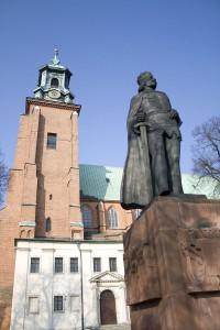 Pomnik Bolesława Chrobrego w Gnieźnie przed katedrą / fot. Poco a poco, CC-BY-SA-3.0