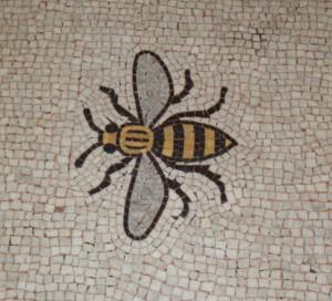 Wizerunek pszczoły umieszczony na mozaice na podłodze w Town Hall w Menczesterze