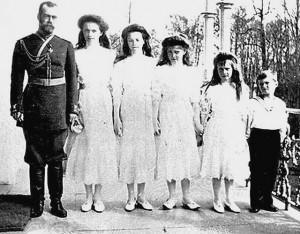 Car Mikołaj II z dziećmi/ fot. paukrus, CC BY-SA 2.0