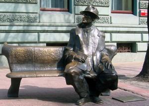 Pomnik Juliana Tuwima na ul. Piotrkowskiej w Łodzi/ fot. Polimerek, CC BY-SA 3.0