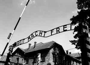 Brama obozowa w Auschwitz Ifot. Neil, plik udostępniony na licencji CC BY-SA 3.0