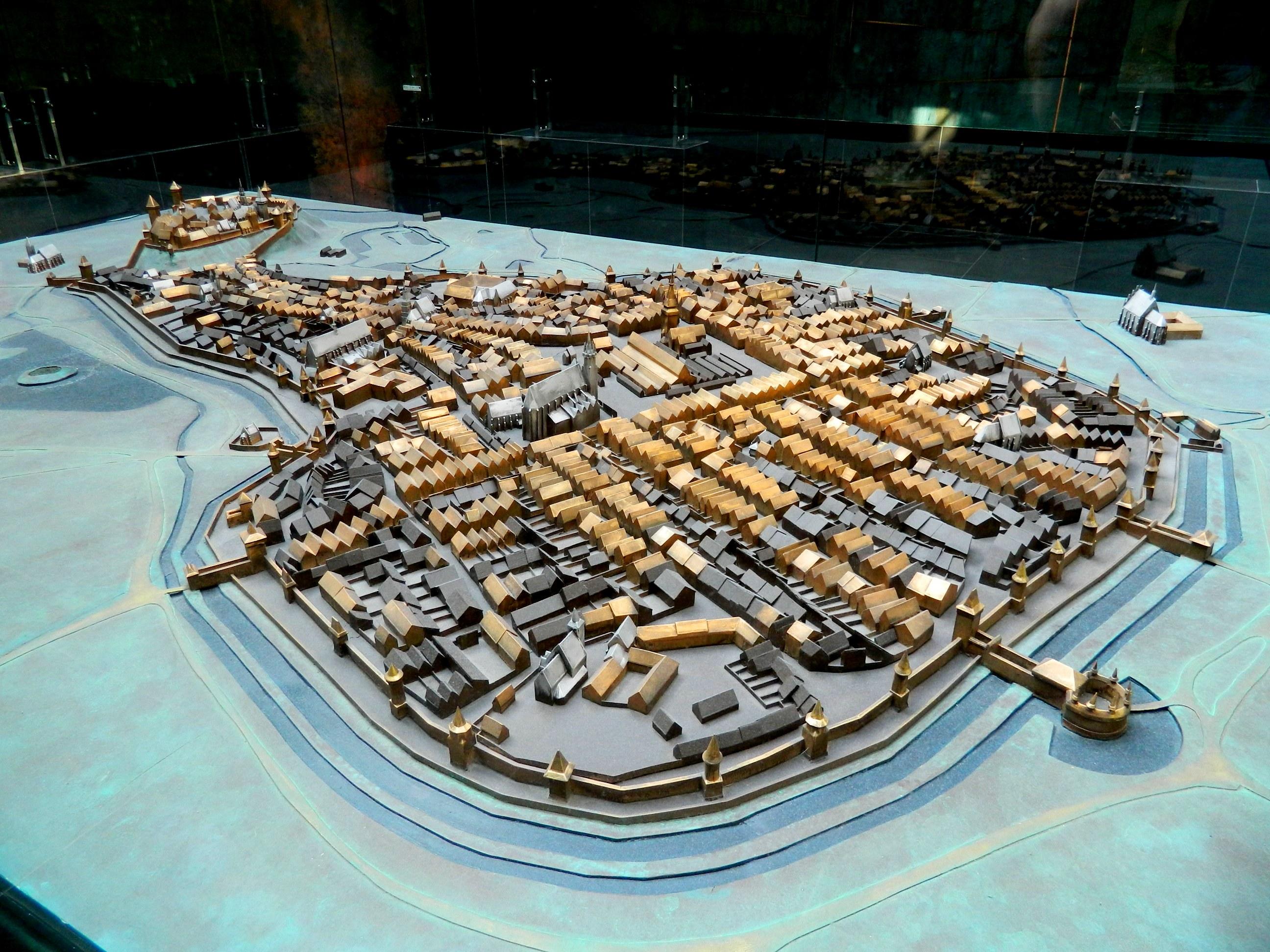 > Il Cracovia medievale in primo piano a destra il Barbican, in basso a sinistra del castello di Wawel. immagine historia.org.pl