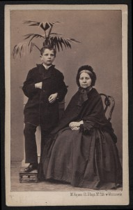 Portret niezidentyfikowanej kobiety w stroju z okresu żałoby narodowej z chłopcem, Maksymilian Fajans