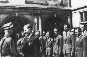 """Gen. Sikorski w ośrodku cichociemnych w Audley End dekoruje krzyżem VM por. Michała Fijałkę ps. """"Kawa""""."""