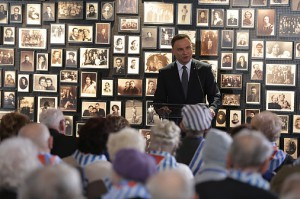 Prezydent przemawiający w Auschwitz / fot. Andrzej Hrechorowicz, KPRP