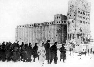 Niemieccy jeńcy wojenni maszerujący do obozów jenieckich w Stalingradzie na początku 1943 r.