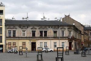 Plac Bohaterów Getta i budynek w którym znajduje się Apteka Pod Orłem / fot. Zygmunt Put, CC-BY-SA 3.0