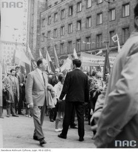 Pochód pierwszomajowy na ulicy Świętokrzyskiej. Źródło: https://audiovis.nac.gov.pl/obraz/114282/53b35ec9153e32eab427c43485429f98/