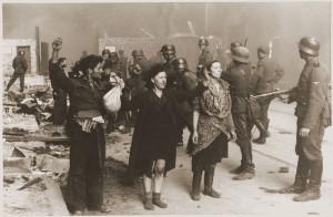 """Fotografia z Raportu Stroopa. Oryginalny niemiecki podpis: """"Ci bandyci stawiali zbrojny opór"""""""