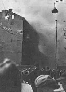 Mieszkańcy Warszawy obserwujący płonące getto